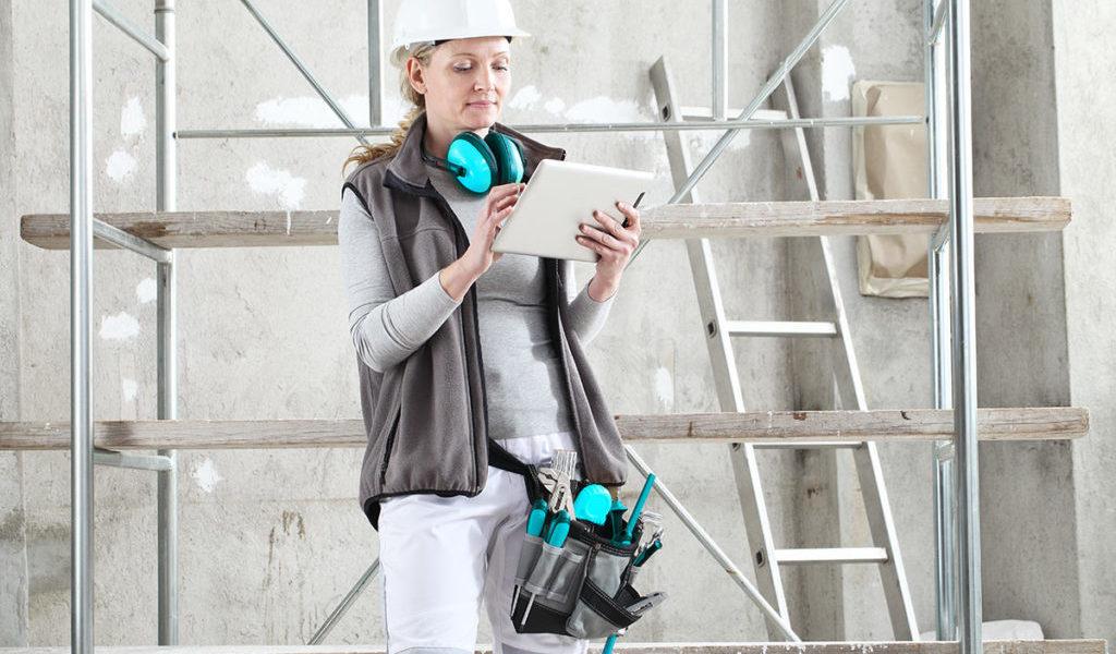 Digitale Baustelle - Frau mit Tablet